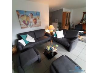 Sofa 2 -sitzig und 2 Hocker neuwertig (Trösser)